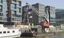 Beste Lage: Das Schwimmkranhotel Floatel an seinem Liegeplatz im Sandtorhafen.