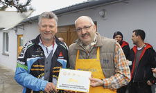Vier Sterne für die Ostsee-Radlerpension: Olaf Lücke, Hauptgeschäftsführer des DEHOGA Brandenburg (rechts) übergibt Olaf Schöpe das Zertifizierungsschild.