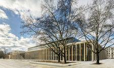Elegante Architektur: Das gerade eröffnete Wiesbadener Kongresszentrum mit seiner umlaufenden Säulenreihe.