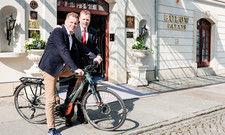Hier soll die Tour starten: Alexander Creutzburg (links) mit Ralf J. Kutzner, geschäftsführender Direktor des Hotel Bülow Palais in Dresden