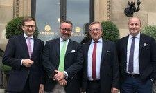Bei der Bekanntgabe des neuen Namen: (von links) Wiesbadens Bürgermeister Oliver Franz, Stephan Kuffler, Wirtschaftsdezernent Detlev Bendel und Sebastian Kuffler