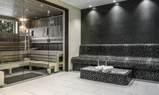 Schwarze Kacheloptik trifft auf helle Holztöne: Der Saunabereich im Maritim Clubhotel Timmendorfer Strand
