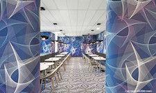 Gewagt: Geometrische Formen und ein bunt gemusterter Teppich bestimmen das Design in der Lobby.