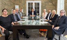 Kunst- und Hotelexperten beim Salongespräch: (von links) Ruth Sachse, Franz W. Kaiser, Peter Joehnk, Henning Weiß, Rolf Westermann, Claudia Johannsen, David Etmenan, Heike Iserlohe und Birgit Borreck