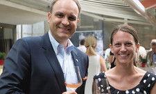 Gut gelaunt: Direktor Ulrich Schwer und Michaela Nübling, Marketingchefin vom Weingut Franz Keller.