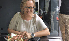 Der Gast zahlt mit Smartwatch: Anja Klein, Sprecherin von Mastercard, demonstriert in der Stuttgarter Mozzarella Bar, wie der Bezahlvorgang funktioniert
