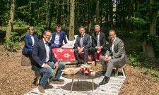 Im Wald: Die Allrounder-Mannschaft stellt ihr Baumchalet-Projekt vor