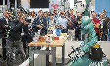 Roboter als Attraktion: Auf der diesjährigen Cebit spielten Themen wie künstliche Intelligenz und Smart Home eine große Rolle.