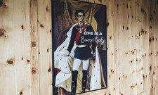 Der König lässt grüßen: Der Hotelname Bussi Baby schmückt auch die Wandplakate.