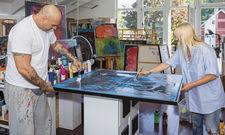In Aktion: Die Künstler Cocco Santamuerte und Heike Iserlohe im Atelier.
