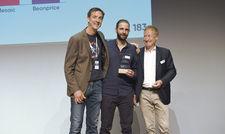 Pitchgewinn: Karl Schmidtner von Upsellguru (Mitte) nimmt den Award von Myhotelshop-CEO Ullrich Kastner (links) und Gery Nievergelt, Chefredakteur der Schweizer Hotel Revue, entgegen.