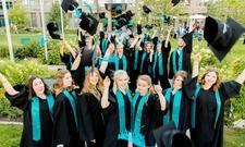 Freuen sich über ihren Abschluss: Die Graduierten des Studiengangs Tourismuswirtschaft