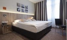 """Bilder über dem Bett: So werden die Zimmer im Hotel Victoria von """"Locals"""" bereichert"""