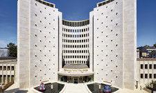 Ein Hotel wie ein Monument: Das Gebäude aus den 1960er-Jahren wurde aufwendig saniert. Zwei Raumkapseln säumen den Eingang.