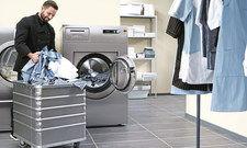 Baumwolle oder Synthetik? Mit einer geeigneten Maschine und der richtigen Waschmitteldosierung wird beides sauber.