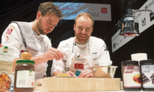 Vorjahresgewinner: Koch des Jahres 2017 Jan Pettke (rechts) mit Assistent Maximilian Krämer