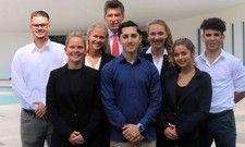 Happy: Die Azubis mit Direktor Thies Sponholz (Mitte, hinten)