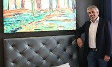Zeigt ein bereits renoviertes Zimmer: Marcus Fränkle, Geschäftsleiter des Hotels Der Blaue Reiter