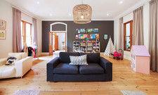 Großzügig: Wohnzimmer einer Airbnb-Unterkunft in Kapstadt
