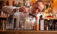 Stilecht: Der Look des Barkeepers erinnert an einen Apotheker