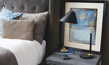 Ein aufmerksamer Zuhörer für den Nachttisch: Alexa gibt es jetzt auch mit Funktionen speziell für die Hotellerie.