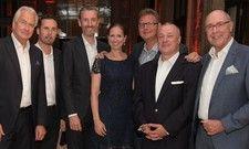 Feiern 20 Jahre Bierwirth & Kluth: (von links) Klaus Kluth (B&K), René Schappner und Robert Shepherd (IHG), Petra Bierwirth-Schaal (B&K), Markus Lehnert und Reiner Sachau (Marriott) sowie Peter Bierwirth (B&K)