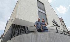 Schritt in die Zukunft: Patrick und Nicole Domon vor dem Schwanen-Erweiterungsbau.