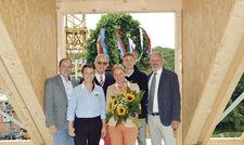 Richtfest für den Anbau: (von links) Geschäftsführer Florian Buchebner mit Louise, Rainer, Jasmine, Ludwig und Christian Birke.