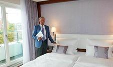 Monatelang selbst erprobt: Eugen Block erklärt die Vorzüge der neuen Betten