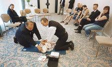 Vorbereitung auf den Ernstfall: Mitarbeiter des Radisson Blu Hotel in Cottbus trainieren an einem Dummy die Wiederbelebung mit dem Defibrillator.