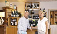 Der Wein steht im Mittelpunkt: Bastian und Anna Achilles in ihrem neuen Weinladen.
