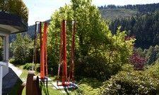 Teil des Projekts: Eine Skulptur von Künstlerin Sabine Straub mit Blick auf den Schwarzwald