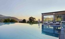 Vergrößert: Der Infinity-Pool hat nun die Größe eines Sportbeckens.