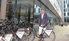 Service für sportliche Gäste: Marketingchef Tobias Albert präsentiert die Fahrradflotte des Scandic Hamburg Emporio Hotels.