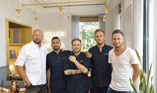 Teamplayer: (von links) Küchenchef Tom Wickboldt mit seinen Mitarbeitern Ariel Caspeta Perez, Bogdan Pruteanu, Adrian Wieczorek und Lucas Trzscinski.
