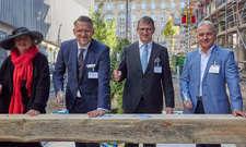 Feiern das Richtfest der H-Hotels in Leipzig: (von links) Dorothee Dubrau (Bürgermeisterin Stadt Leipzig), Alexander Fitz (CEO H-Hotels AG), Ingo Seidemann (S&G Development) und Andreas Schlage (Geschäftsführer GP Papenburg Hochbau)