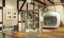 Mittendrin: Im Schlafwürfel können Gäste Museumsatmosphäre jetzt auch bei Nacht genießen.