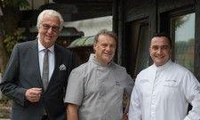 Über Jahre ein gutes Team: Der Elsässer Patissier Pierre Lingelser (Mite) mit Hotelier Heiner Finkbeiner (rechts) und Küchenchef Torsten Michel