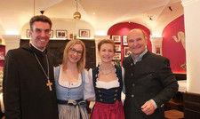Feiern die Eröffnung des neuen Andechser am Dom: (von links) Abt Johannes Eckert, Julia, Stefanie und Sepp Krätz