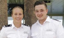 Teamwork: Zu den Aufgaben von Lucas Büttner, hier mit Kollegin Kathleen Sauer, ebenfalls Restaurant Manager auf der Aida Perla ...