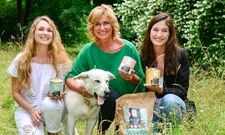 Herz für Vierbeiner: Familienunternehmerin Dagmar Wöhrl (Mitte) mit den Vegdog-Geschäftsführerinnen Tessa Zaune-Figlar und Valerie Henssen