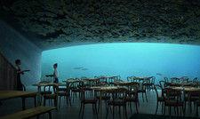 Gibt den Blick ins Meer frei: Das Panoramafenster des Restaurants Under in Lindesnes, Norwegen