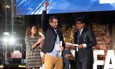 Freuen sich über den Sieg: Marius Donhauser (Mitte) mit Gratulanten bei der Preisverleihung in Paris