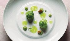 Ein typisches Gericht des neuen 19,5-Punkte-Kochs Tim Raue: Rosenkohl, Banane und Limette