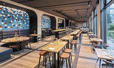 Foto Restaurant Modern interpretiert: Die traditionelle Wirtshauskultur ist angesagter denn je. Die neuen Gastgeber im Irmi, Felix Oberthür (links) und Rainer Förnzler, setzen sie modern um.