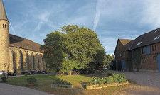 Glockengeläut inklusive: Das neue Hotel auf der Domäne Möllenbeck liegt direkt gegenüber dem mittelalterlichen Kloster (links). Vor allem Hochzeitsgäste nächtigen dort.