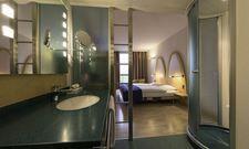 Besticht durch Schlichtheit: Eines der Zimmer im neuen B&B Hotel Lully Three Lakes in der Schweiz