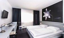 Klare Linien: Eines der Zimmer im Hotel Good Morning Bad Oldesloe