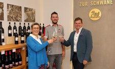 Auf die neue Zusammenarbeit: Sternekoch Steffen Szabo (Mitte) mit den Hoteliers Eva und Ralph Düker