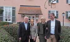 Sind sich einig: Brigitte und Ernst Fischer (links) übergeben an Friedrich Freiherr von Ow-Wachendorf (rechts) und seine Ehefrau Martina.